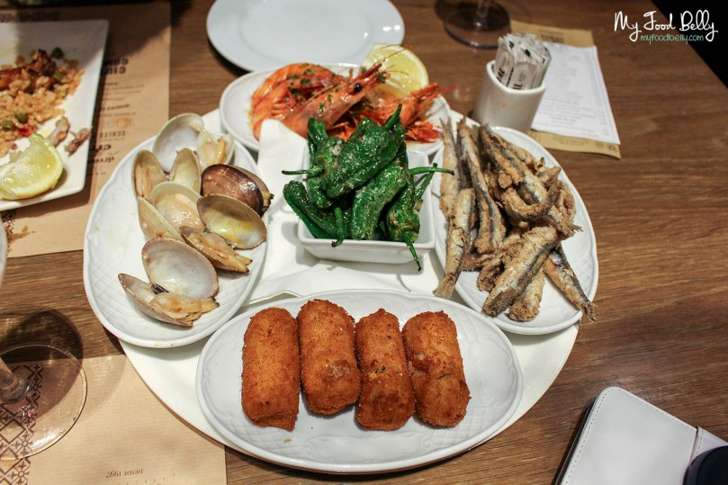 Assorted tapas (€15,95) – Fried small fishes, green peppers, prawns, croquettes, clams